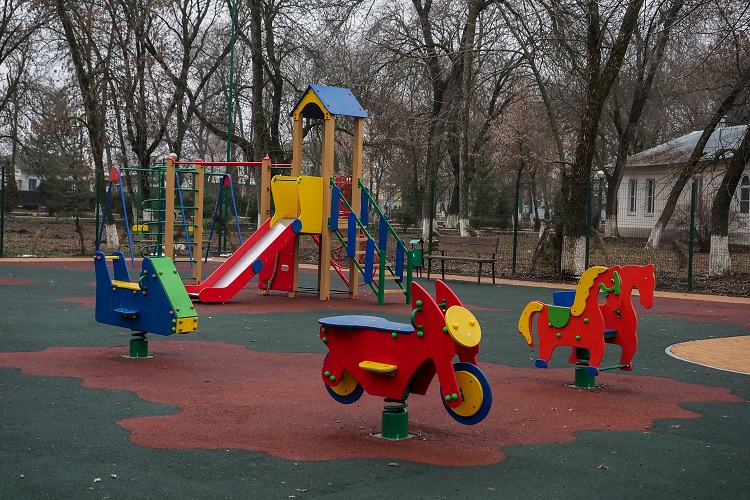 Детская площадка на площади им.Кирова в городе Новопавловске